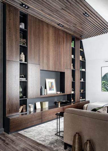 Интерьер гостиной в загородном доме, система хранения выполнена на столярном производстве по нашим эскизам.