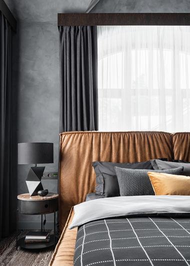 Интерьер спальни. Кровать выполнена по индивидуальному заказу, прикроватная тумба со столешницей из мрамора LaRedoute, аксессуары Dantone Home