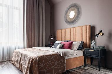 Интерьер гостевой спальни. Кровать выполнена по индивидуальному заказу, прикроватные тумбы Dantone Home.