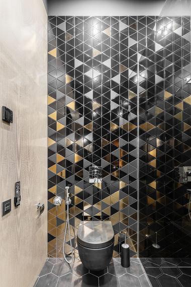 Санузел с душевой, плитка Equipe Triangle, крупноформатный керамогранит Laminam, цветная сантехника ArtCeram.