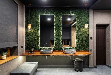Интерьер главного санузда. Столешница из массива карагача, раковины из речного камня, зеленая стена из стабилизированного мха.