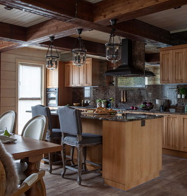 Кухня в доме из клееного бруса.