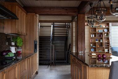 Кухня и лестница в доме из клееного бруса.