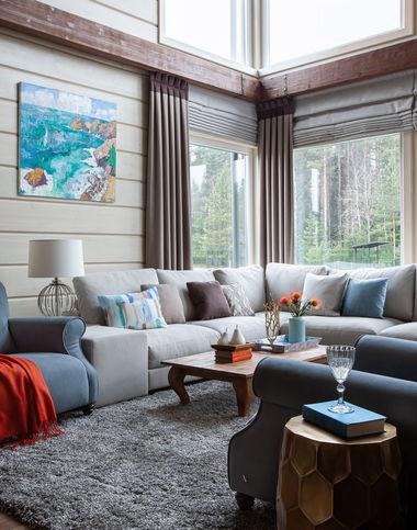 Интерьер гостиной в доме из клееного бруса.