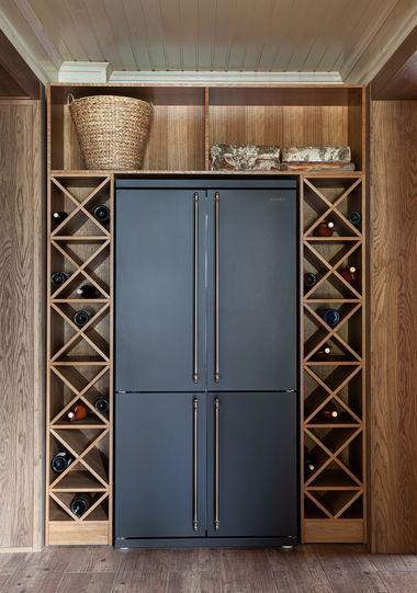 Холодильник side-by-side от Smeg обрамляет дубовый винный шкаф.