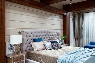 Интерьер спальни в доме из бруса.