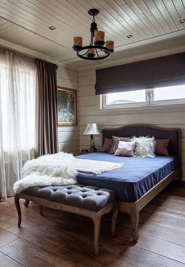 Гостевая спальня в деревянном доме.